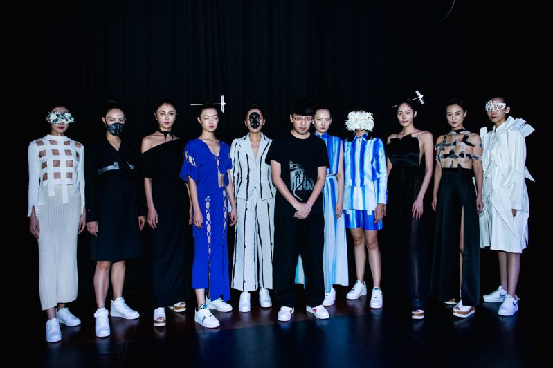 設計師詹朴(中)與凱渥模特兒們。圖/APUJAN提供