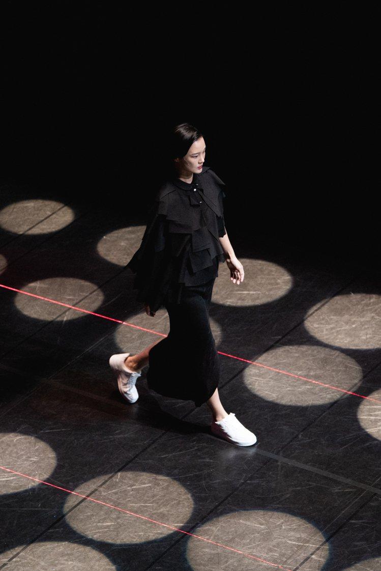 APUJAN在淡水雲門舞集以虛擬秀場的伸展台發表2021新作。圖/APUJAN提...