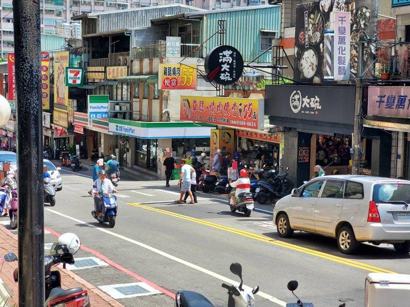 基隆新豐街每月車禍20件,車流量大行人過馬路危險。記者游明煌/翻攝