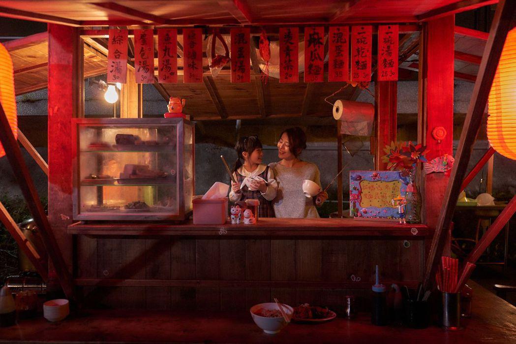 劉品言與女兒林鈺芠在麵攤上演溫馨母女情。圖/衛視中文台提供