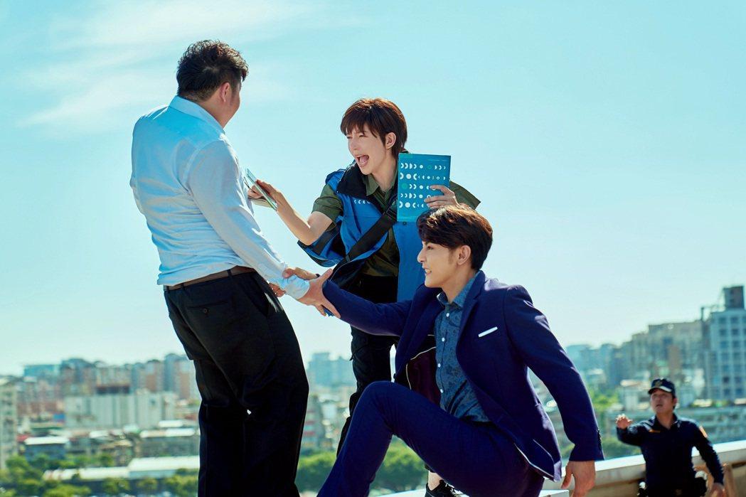 汪東城(右起)、郭雪芙在「因為我喜歡你」劇中,一幕為了救人不小心墜樓畫面。圖/八...