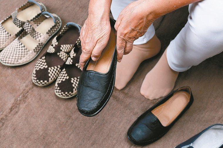 不合腳的鞋子就換掉啦,不需要削足適履。圖/123RF