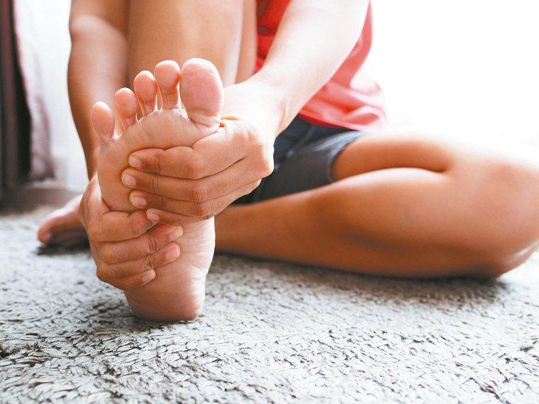 不要在腳痛的時候去按摩或走健康步道。圖/123RF