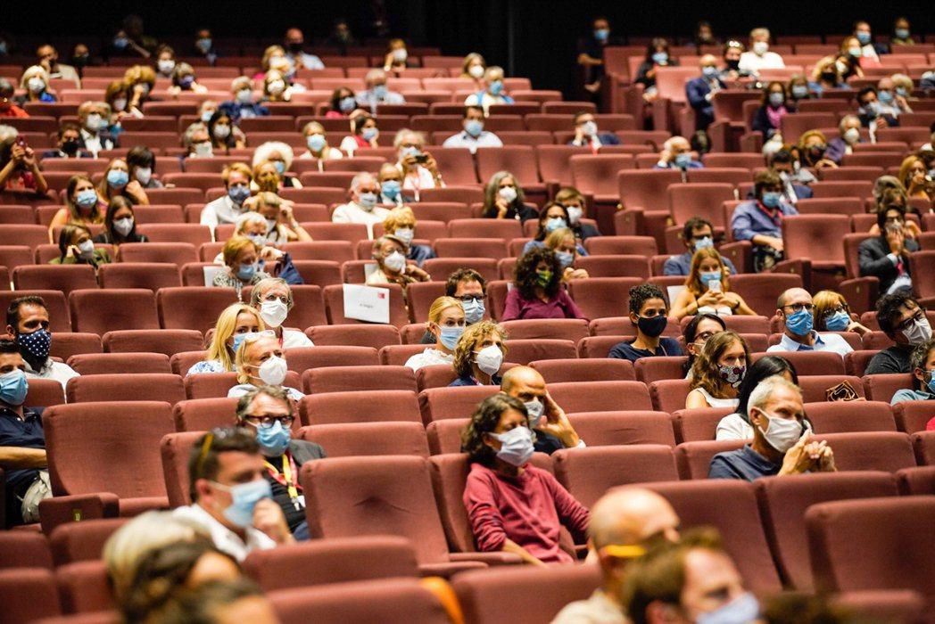 本屆威尼斯影展安排看片人士戴口罩、座位有安全距離。圖/歐新社資料照片