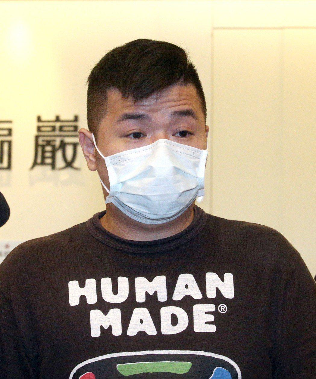 經紀人Dino現身說明驗屍初步結果。記者蘇健忠/攝影