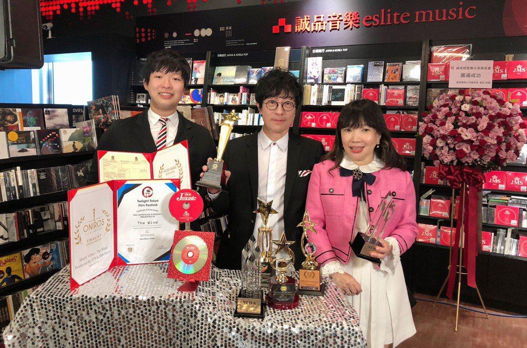 蔣榮宗(左起)、蔣三省與游美齡今天一同出席「生生世世原聲帶 黃金榮耀版」專輯見面