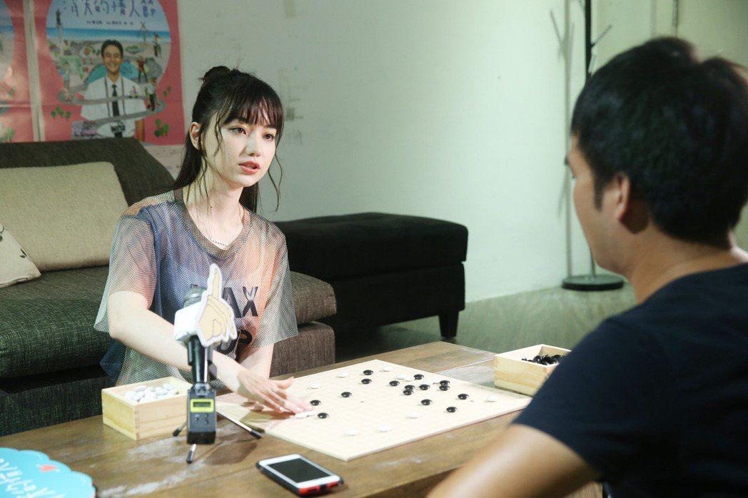 黑嘉嘉不吝惜教導下棋,態度親切。記者邱德祥/攝影