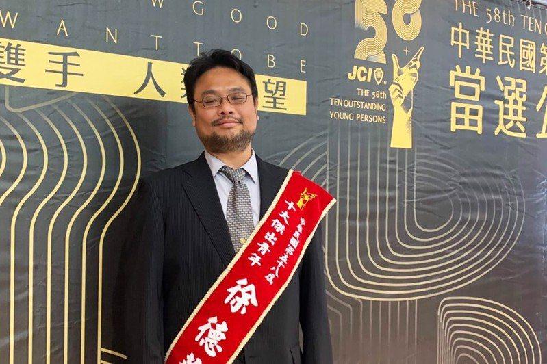 掌烏賊完全養殖技術,十大傑出青年海大徐德華從小愛魚。圖/國立台灣海洋大學提供