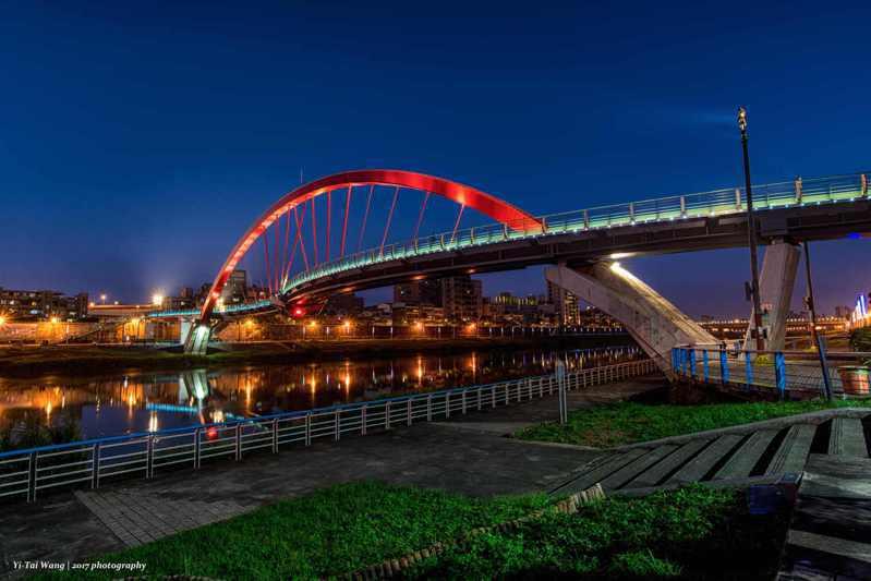 北市彩虹橋夜晚燈光燦爛,賞月非常有FU。圖/北市水利處提供