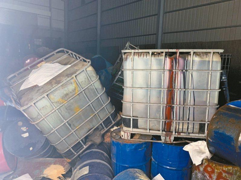 高雄市鳥松區一間私人廠房存放丙烯酸乙酯,塑膠桶傾倒導致液體外洩,惡臭味刺鼻難聞,鄰近居民兩晚因此徹夜難眠。圖/高市環保局提供