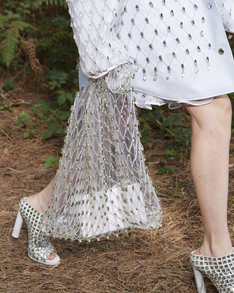 結合粗壯與纖弱、堅硬與柔軟,女裝以漁網布鑲嵌著水晶為包款、服裝細節。圖/BURB...