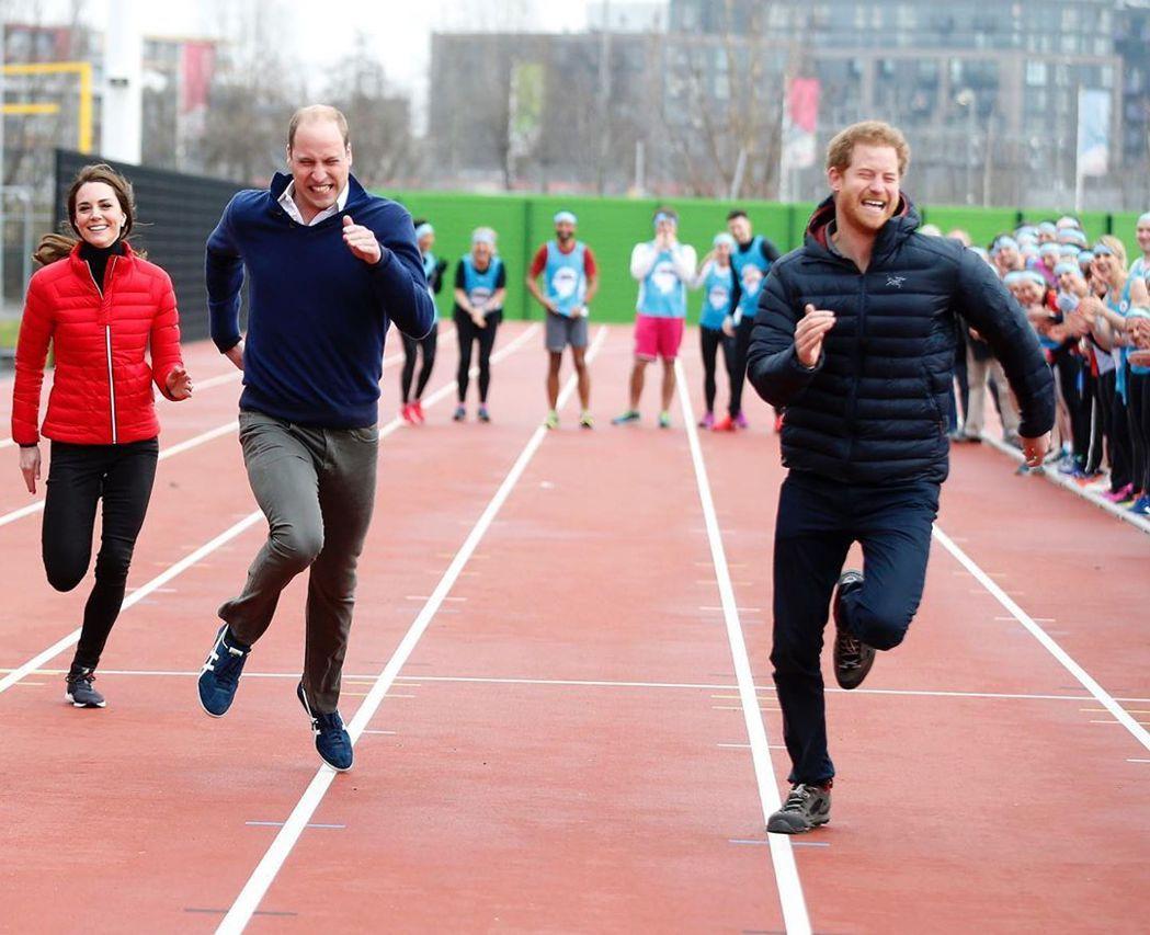 哈利(右)36歲生日,威廉(中)與凱特故意挑這張合照來祝賀。圖/摘自Instag...
