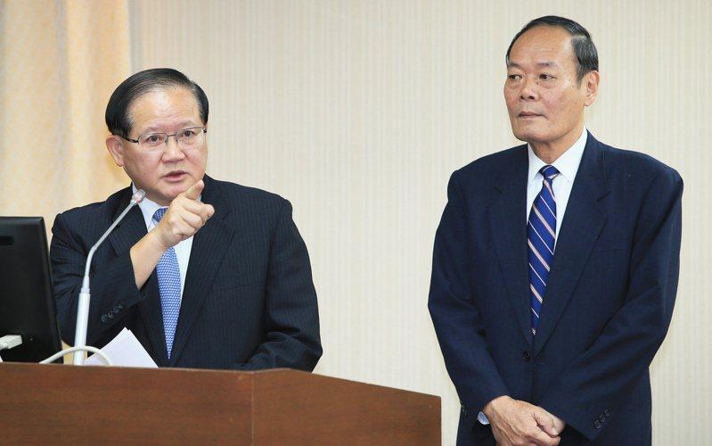 海巡署長陳國恩(左)請辭獲准,傳出導火線之一是他長期與海委會主委李仲威(右)不和,人事權被架空。圖/聯合報系資料照片