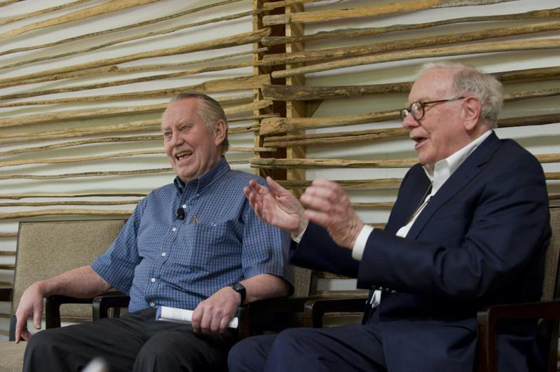 「股神」巴菲特(右)2010年與微軟共同創辦人蓋茲聯手發起「樂施誓約」勸募活動,就是受費尼啟發。 (網路照片)