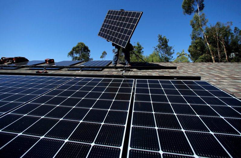 美國將開放太陽能和電動車這些分散式能源資源,與大型發電廠競爭。  路透