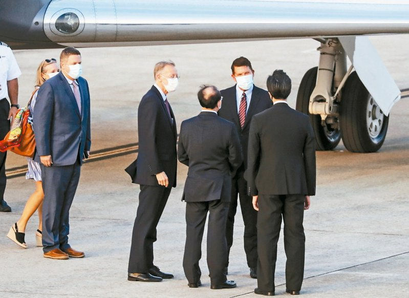 美國國務次卿克拉奇(右二)抵達台北松山機場,美國在台協會處長酈英傑(右四)、外交部政務次長曾厚仁(右三)、外交部北美司長徐佑典(右)到場接機。 (中央社資料照)
