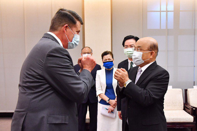 美國務次卿克拉奇(左)昨天拜會行政院長蘇貞昌,兩人以拱手代替握手。 (中央社)