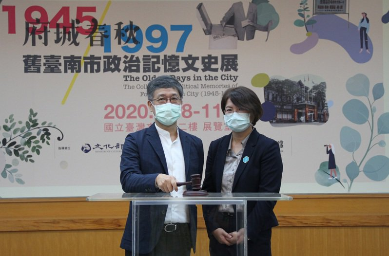 開幕儀式(左至右)臺文館長蘇碩斌、台南新芽協會理事嚴婉玲(圖/國立臺灣文學館提供)