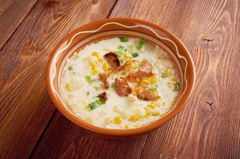 原PO要買到最後一碗蘑菇濃湯時,竟遭到後方排隊的大媽插隊更大聲表示「不想要在左邊的櫃檯點餐」,藉此想要讓店員把濃湯賣給她。 示意圖/ingimage