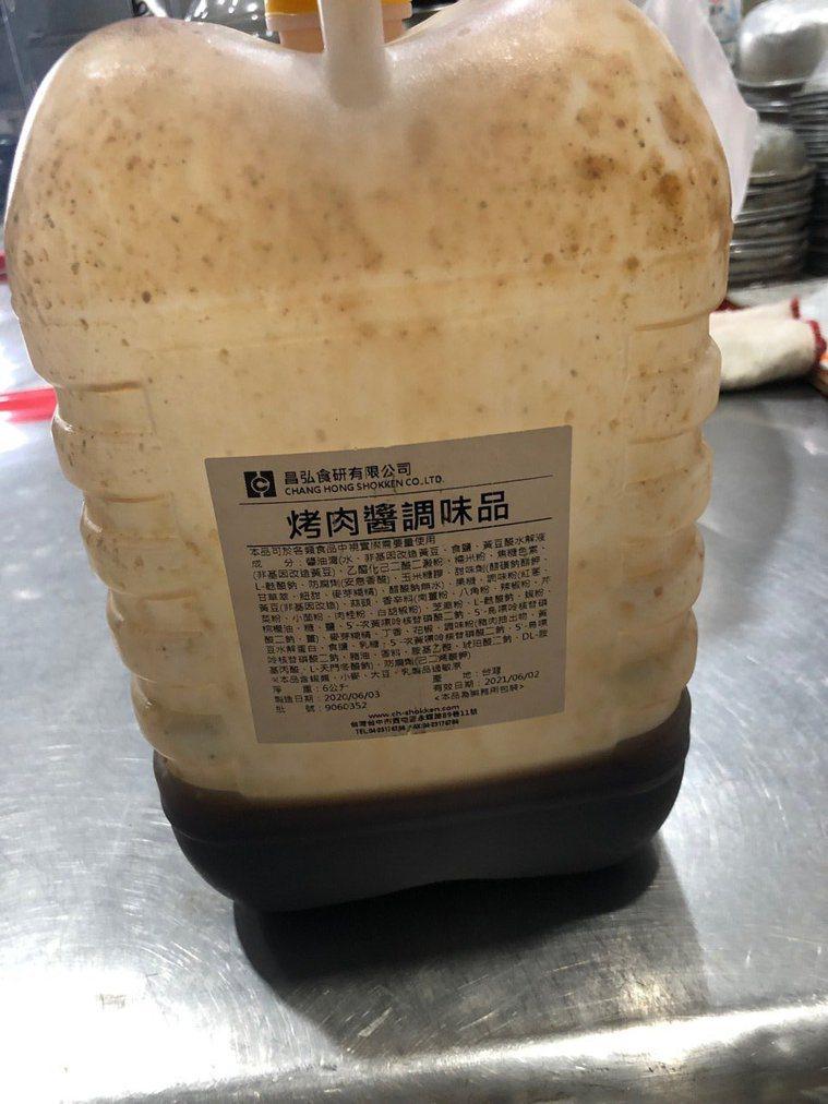南投縣衛生局查驗中秋食品,發現烤肉醬含防腐劑。圖/南投縣衛生局提供