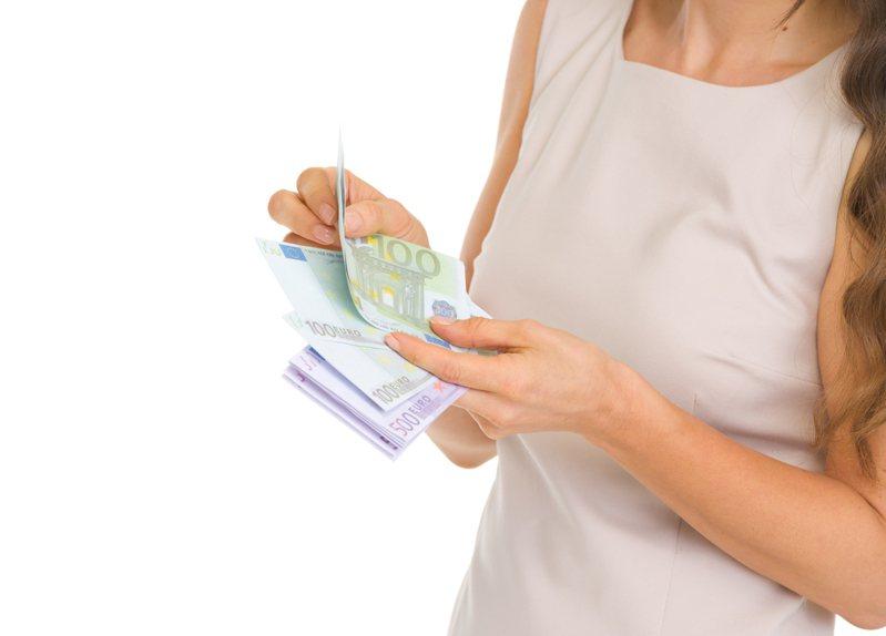 交易時一定要數清楚鈔票張數,以免發生爭議。圖片來源/ingimage