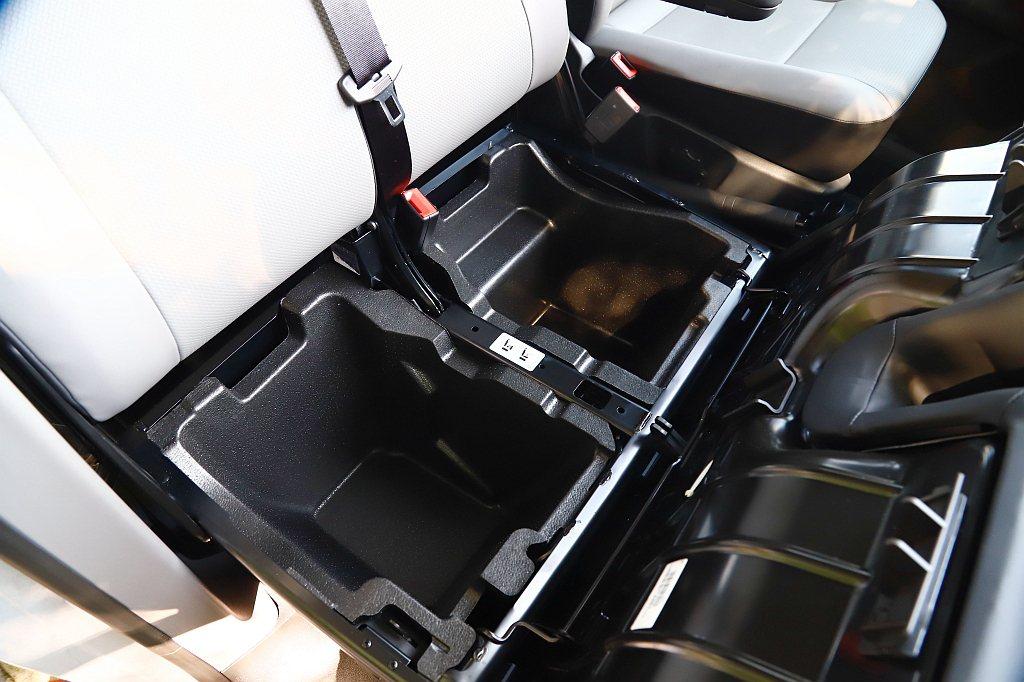 新增的前置物空間位於副駕駛座椅下方,只要將椅面向前傾就能開啟,不僅容量夠大還具備...