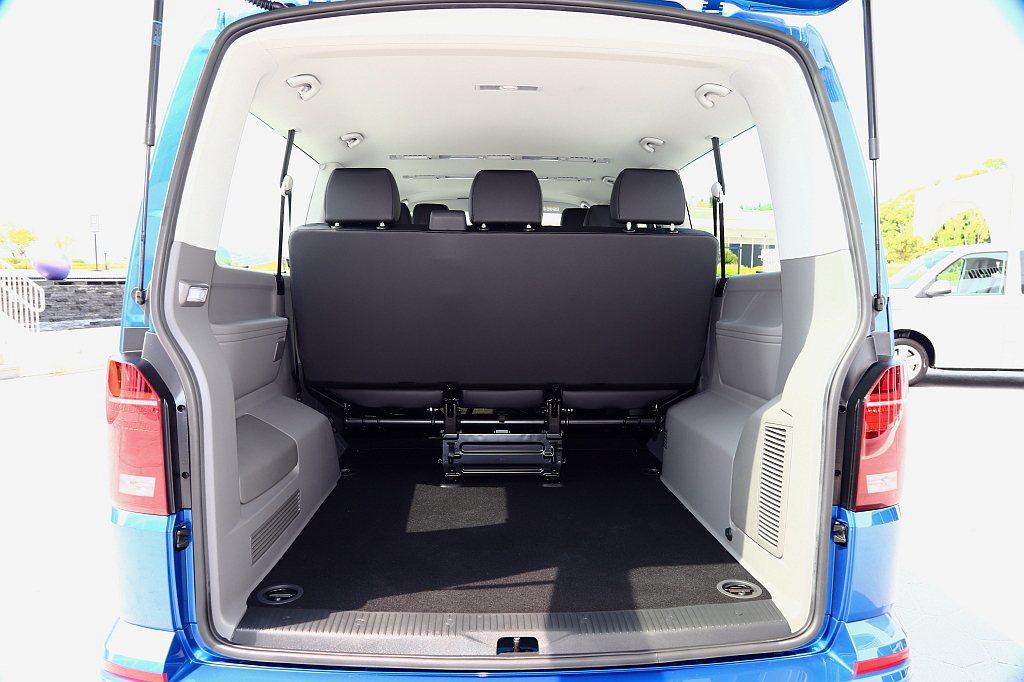座椅不同佈局的差異在於後行李廂空間,選擇後座兩排座椅形式的,尾廂可以容納更多的行...