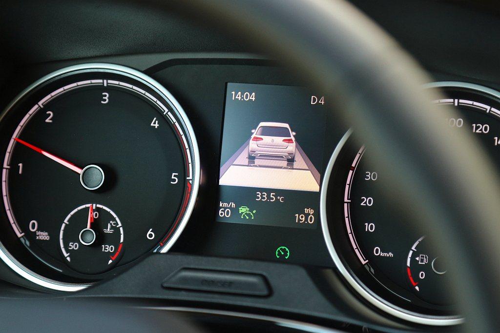 最新版本的全速域ACC主動式車距調節巡航系統,在跟隨前車到靜止時,只要依照系統指...