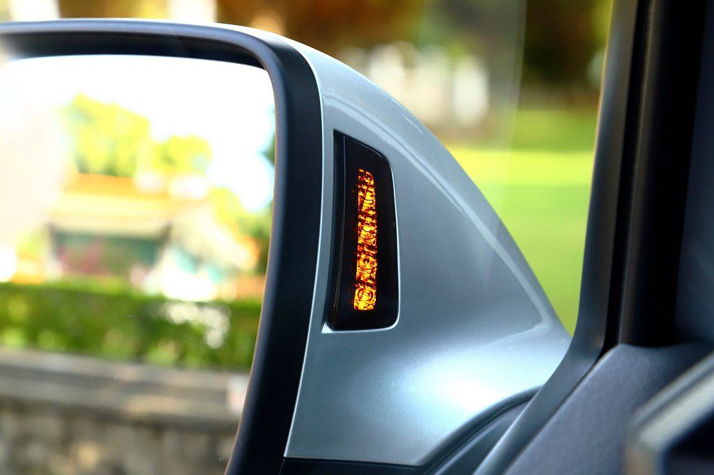 Side Assist車側盲點警示系統具備兩側後方70m的偵測範圍,且燈號顯示於...