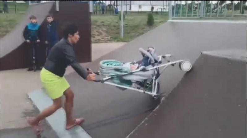 俄羅斯這位媽媽頻頻將嬰兒車推上斜坡,嬰兒慘遭摔出。圖擷自The Sun