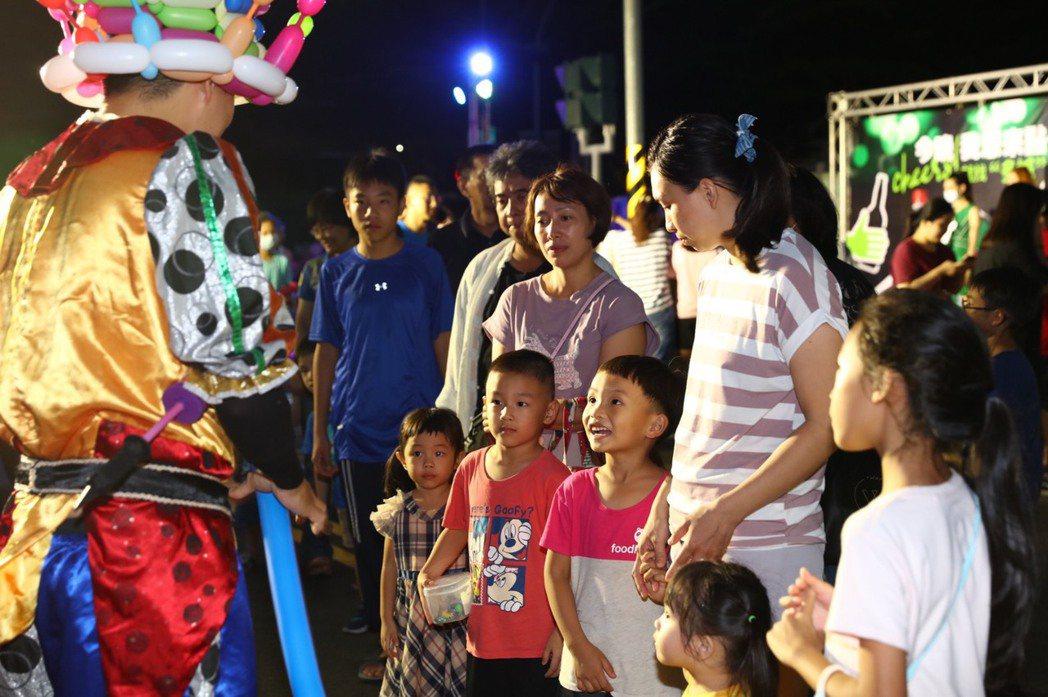 多城國際為住戶辦中秋烤肉趴,現場互動遊戲多,小孩子最開心了。