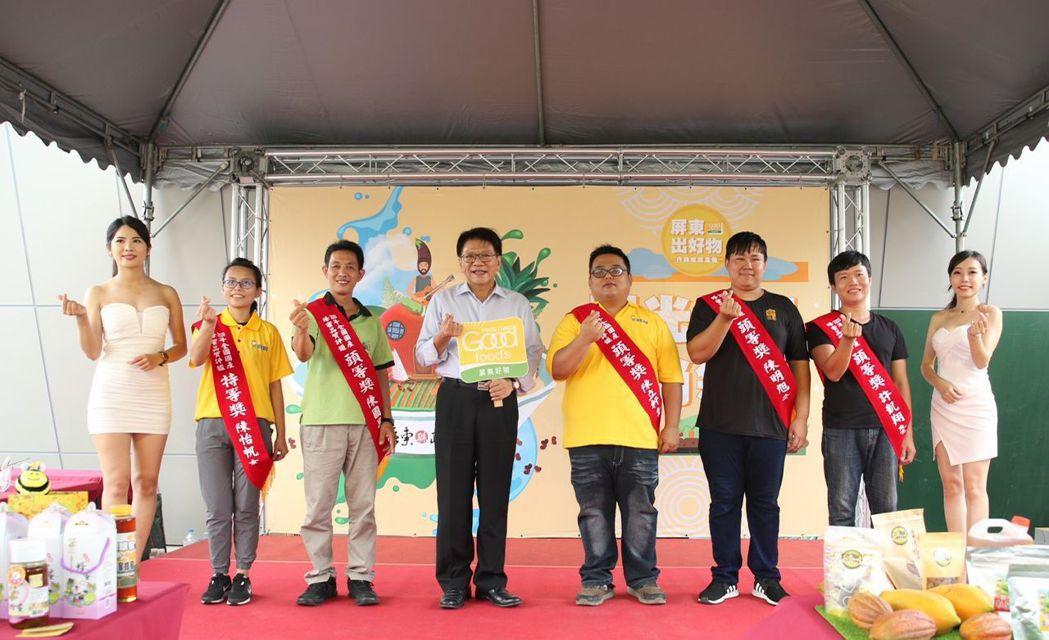 屏東縣長潘孟安(左四)頒發獎項給獲得頭等獎的屏東在地蜂農。 李福忠/攝影