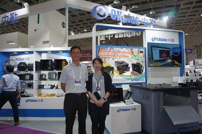 中勤實業董事長江枝茂(左)與行銷企劃副理沈芃彣於會場合影。 楊連基/攝影