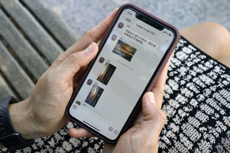 微信在美國華人社區被普遍使用,圖為民眾在手機上瀏覽微信朋友圈。美聯社