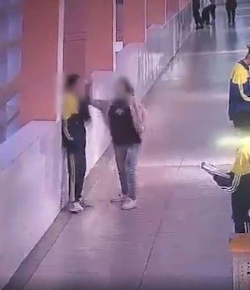 男學生的母親扇他耳光。圖/取自影片截圖