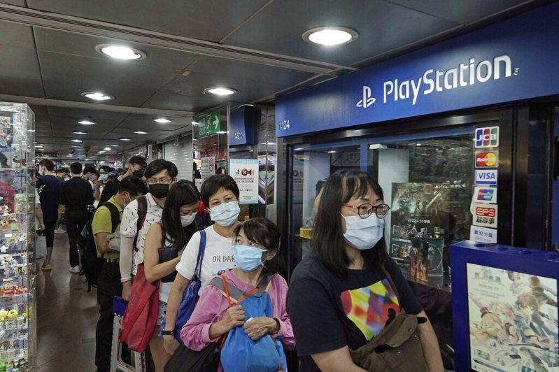 圖為18日香港民眾排隊搶購PS5。 圖/美聯社