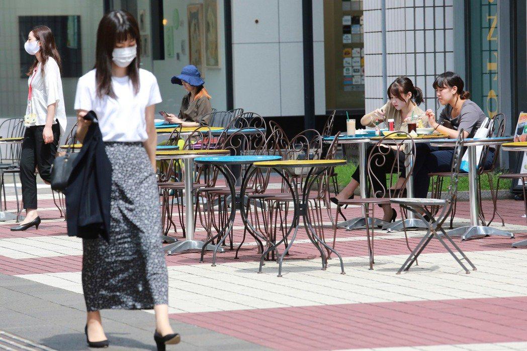 日本東京和沖繩分別新增218例及16例確診病例。圖為東京街頭。 美聯社