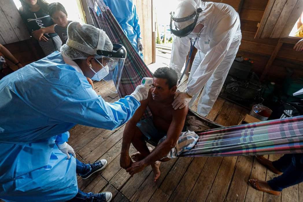 新冠疫情熱點之一的巴西,醫護人員正在為民眾做檢查。(法新社)
