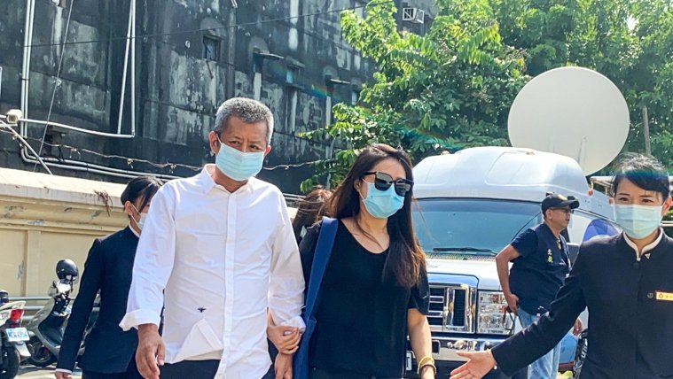 藝人黃鴻升遺體昨天送往板殯解剖,初步認定死因疑是心血管疾病,黃的父親(左)、妹妹...
