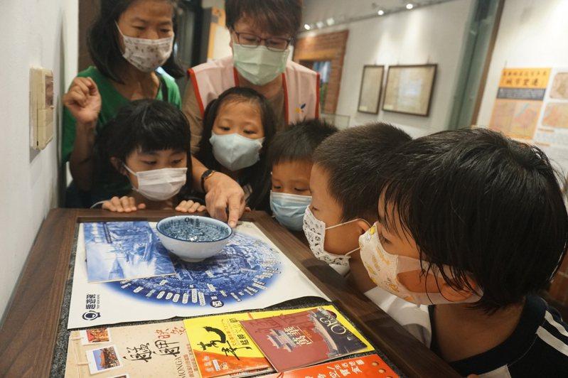 神奇有趣的地圖碗小朋友看的津津有味。圖/北市鄉土教育中心提供