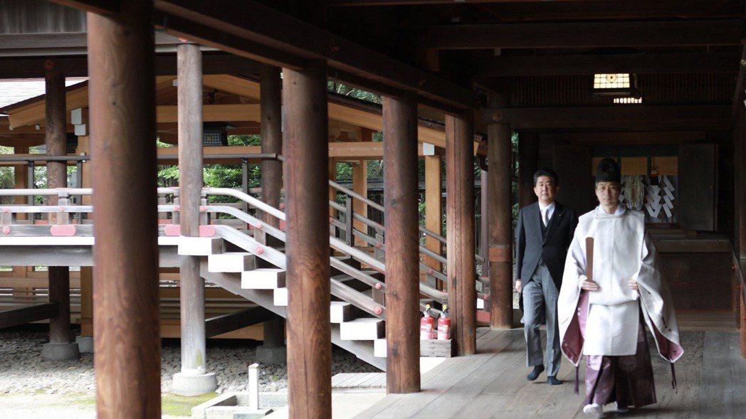 日本前首相安倍晉三19日在個人推特貼出今早參拜靖國神社的照片。畫面翻攝:Twit...