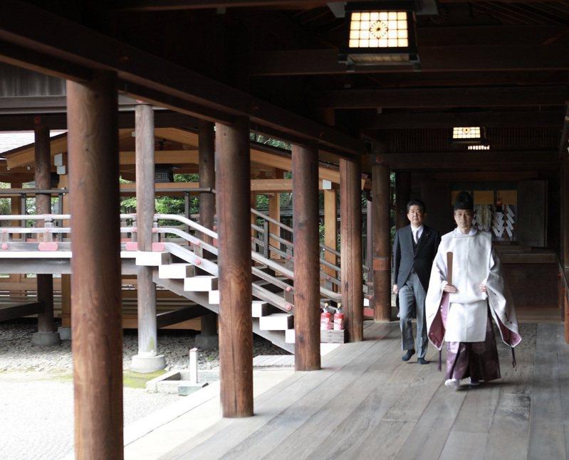 日本前首相安倍晉三19日在個人推特貼出今早參拜靖國神社的照片。畫面翻攝:Twitter/AbeShinzo