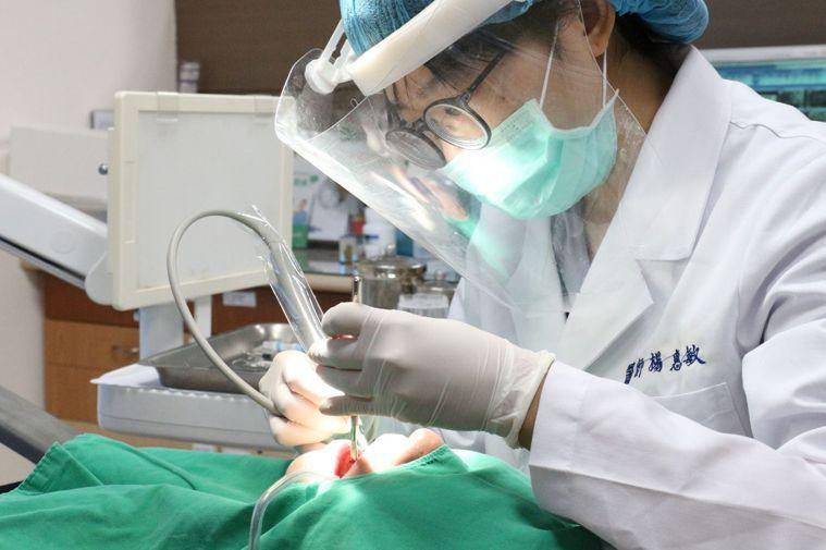 牙周病早期多以牙齦炎形式出現,特徵是刷牙可能容易流血、牙齦腫脹、或伴隨口臭等症狀...