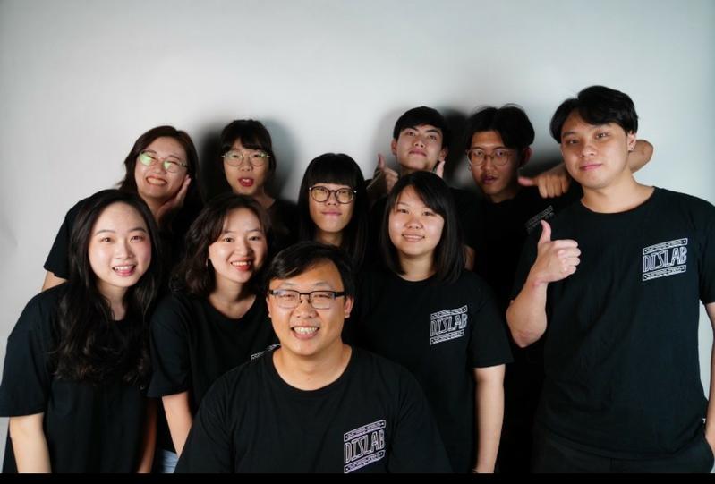 南台科大創新產品設計系副教授歐陽昆(前)指導學生參賽。圖/校方提供