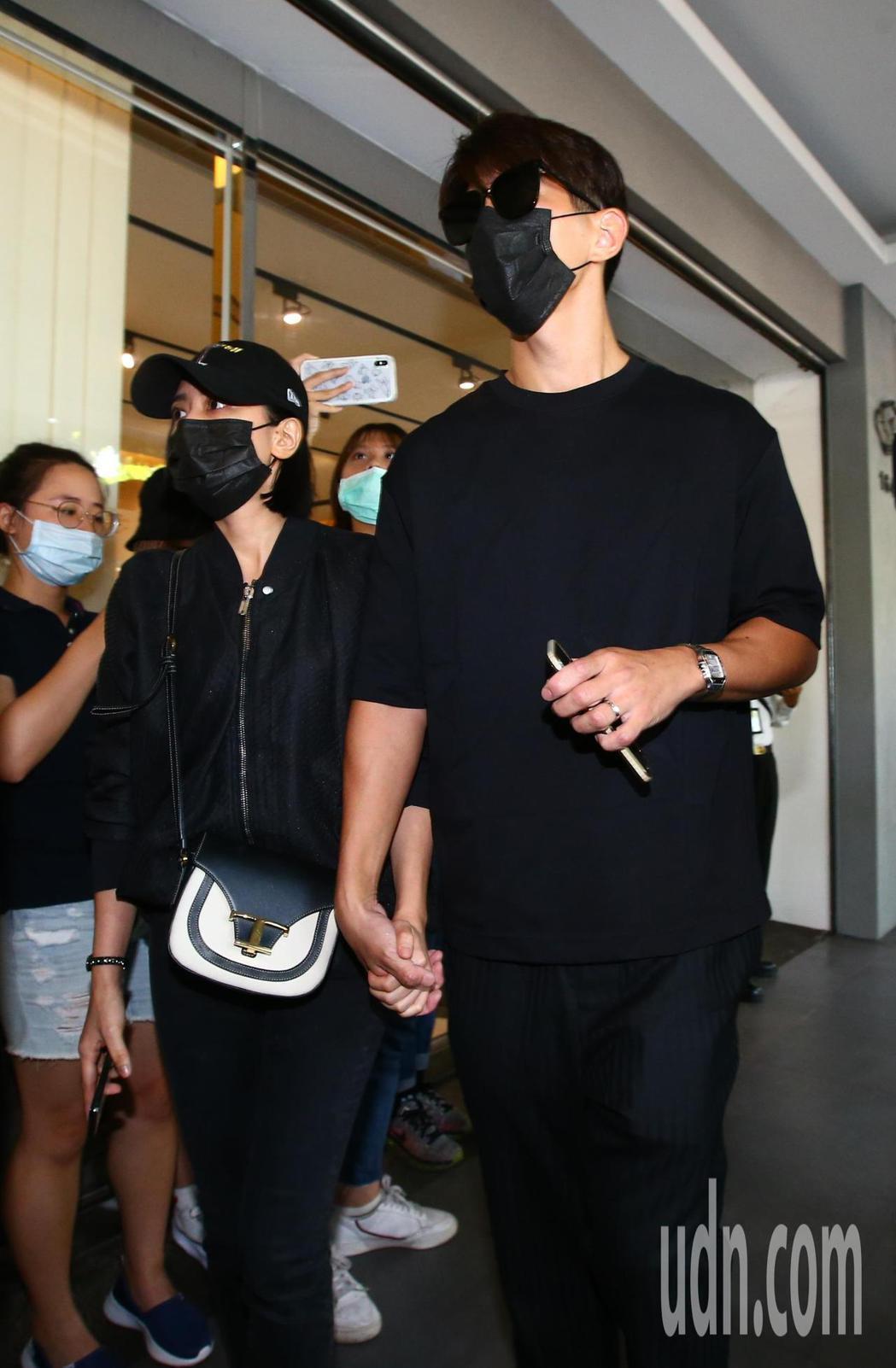 小鬼靈堂開放首日,修杰楷(右)與賈靜雯(左)到場弔唁。記者葉信菉/攝影