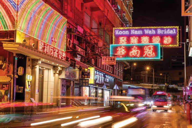 冠南華成雙成對的霓虹燈牌。圖/香港旅遊局提供