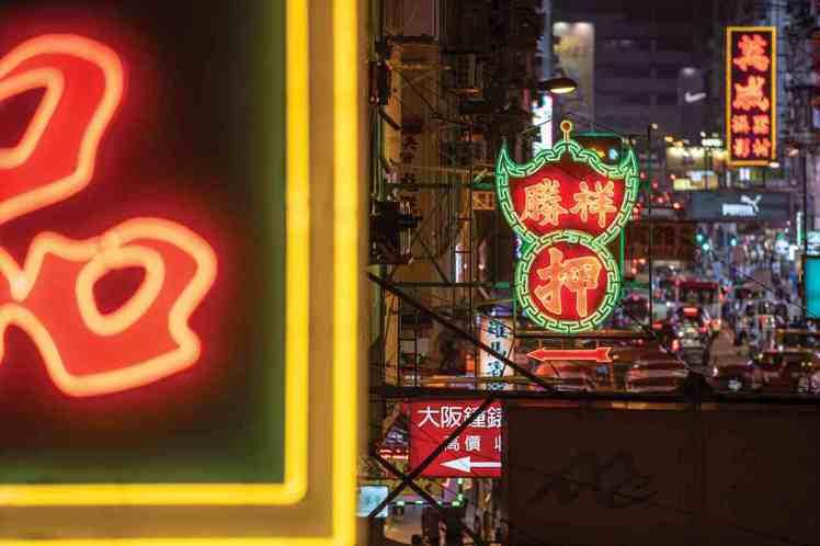旺角行人天橋霓虹燈牌。圖/香港旅遊局提供