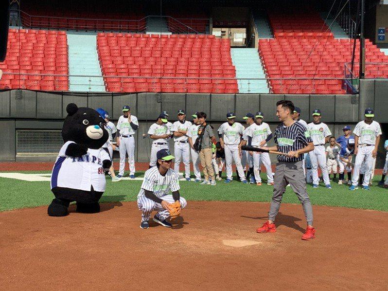 棒球體驗營也邀來藝人謝祖武作打者、李再立任投手開球。記者趙宥寧/攝影