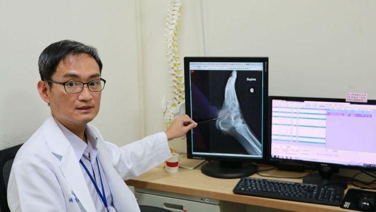 七賢脊椎外科醫院副院長楊子旻解說治療方法,針對病灶下針,可緩解足底筋膜炎的不適。...
