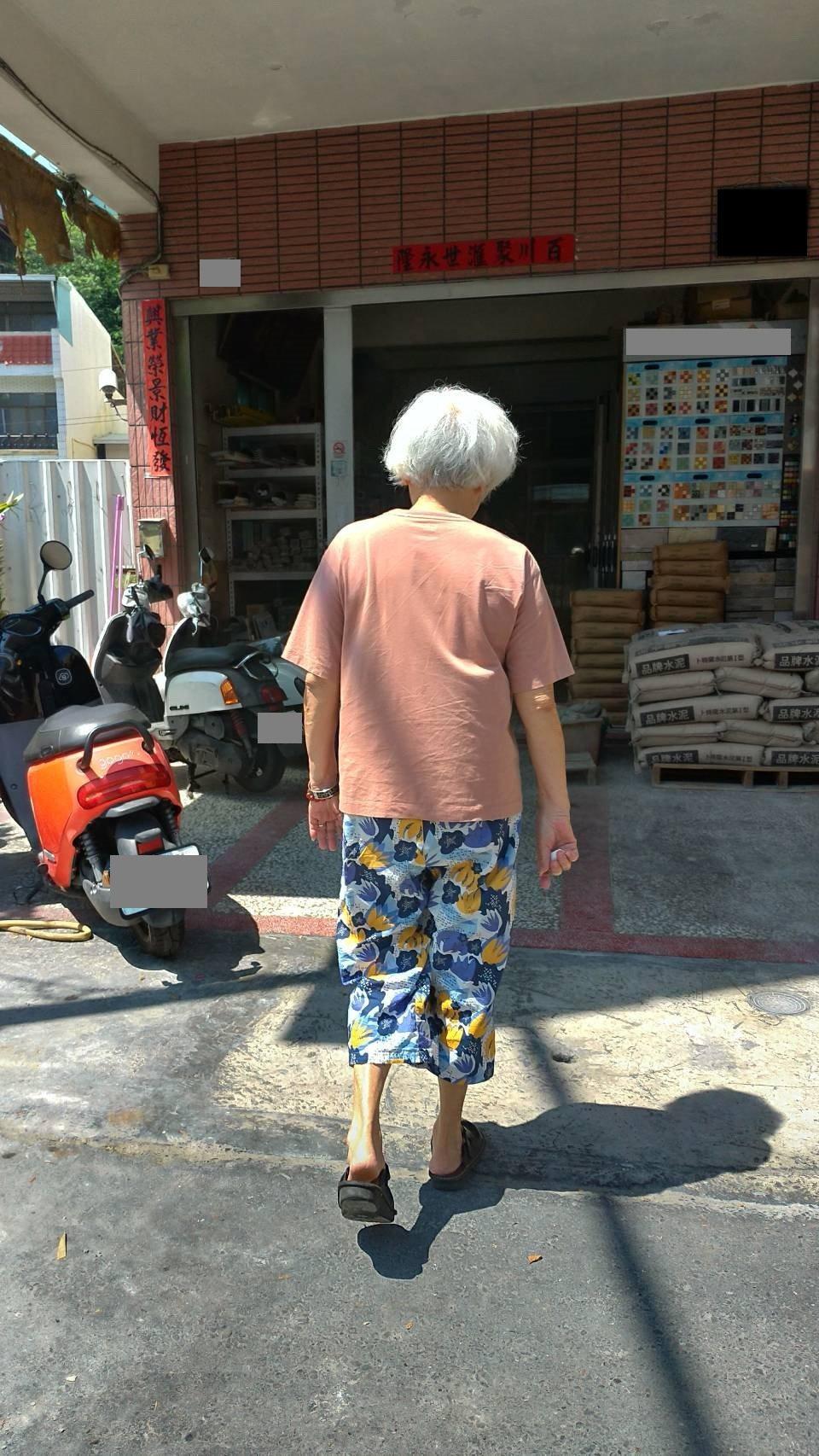 許阿嬤接受治療後解除足底筋膜炎的疼痛不適,又能隨丈夫一起到壽山運動。記者王昭月/...